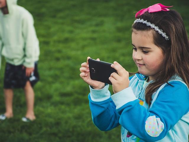 Los riesgos de que los niños manipulen la app de seguridad en el móvil