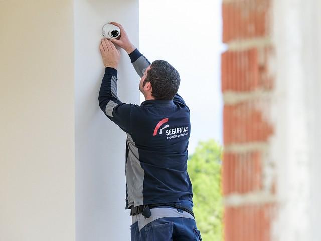 Cómo ayuda un sistema de seguridad a impedir que ocupen tu casa